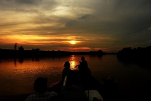 barco y barquero amazonas atardecer noche pixabay