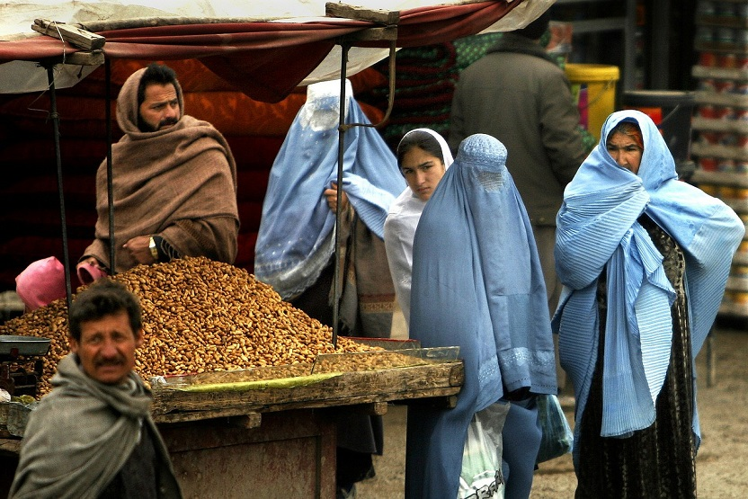 This image has an empty alt attribute; its file name is Afganistan-mercado-hombre-mujere-gente-Pixabay.jpg